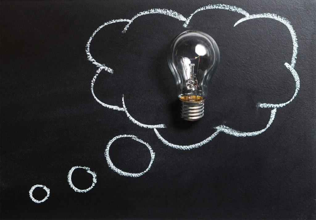 L'image représente une bulle de pensée, comme dans les bandes dessinées, contenant une ampoule.