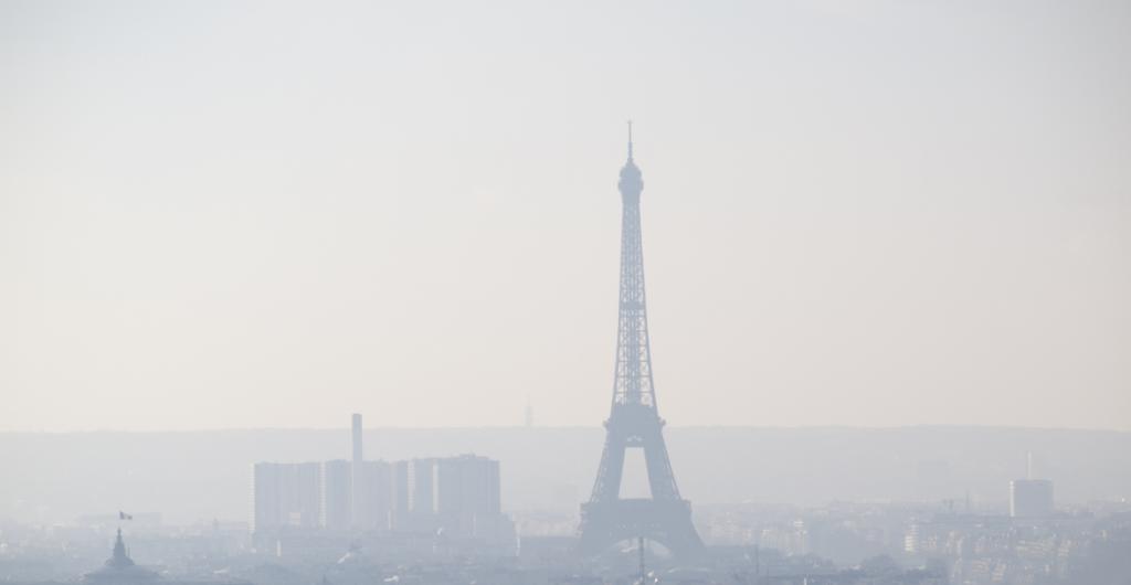Vu en hauteur de la pollution de la ville de Paris. On y aperçoit au loin la tour Eiffel.