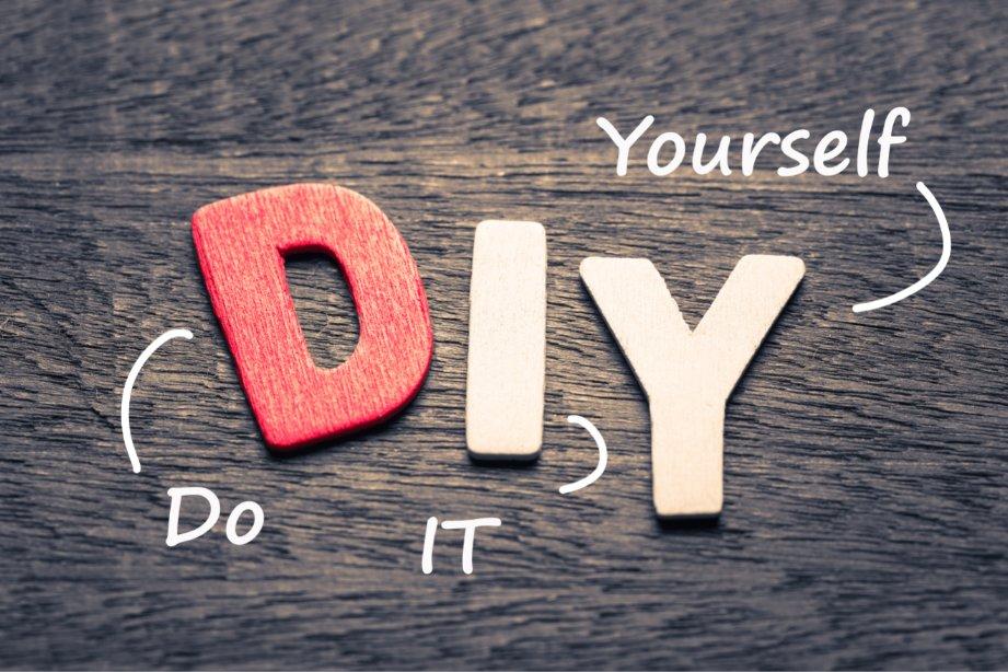 """Une photo où y est inscrit """"Do It Yourself""""."""