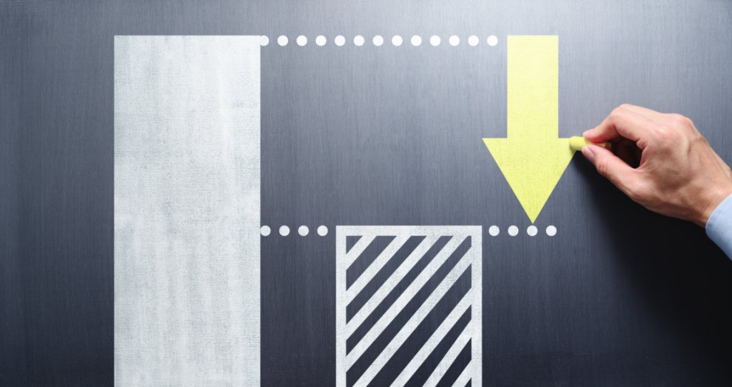 Une main inscrit une flèche vers le bas pour représenter la différence entre deux barres d'un histogramme.