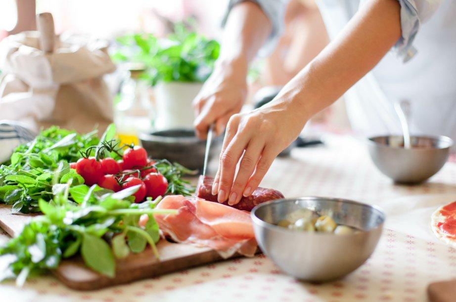 Une personne est en train de cuisiner sur son plan de travail.