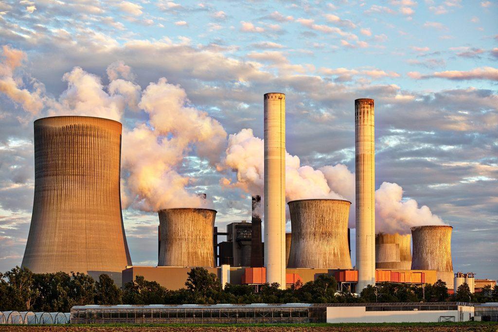 Photo d'une usine qui rejette de la fumée.